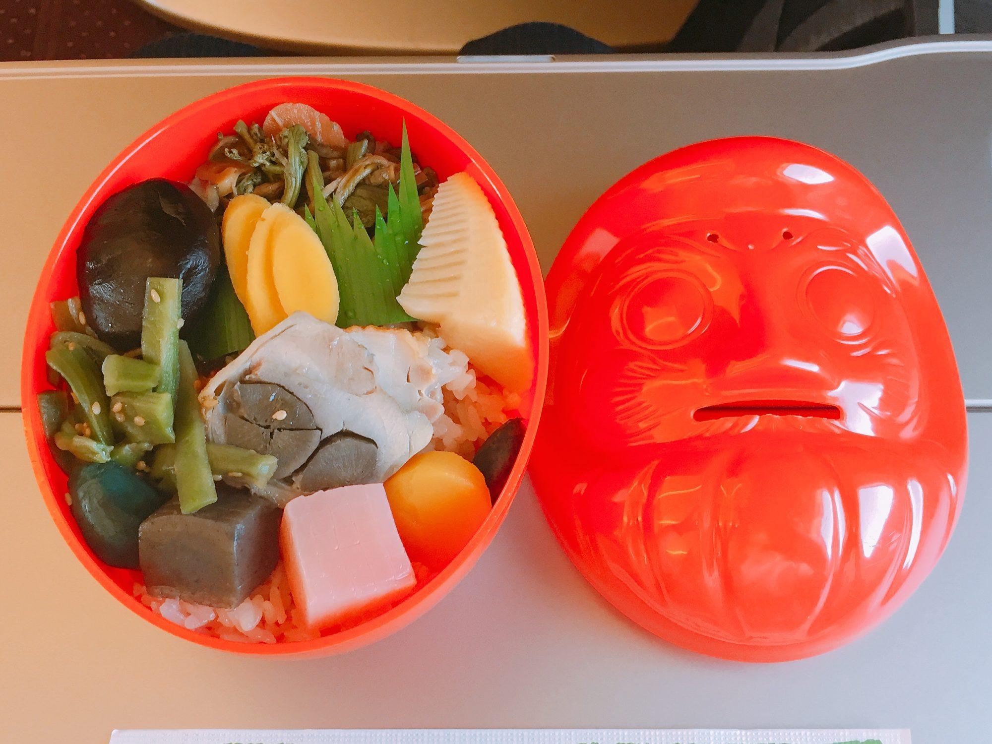 高崎の駅弁「だるま弁当」は推定600キロカロリー.美味しいですがご飯が多いです.