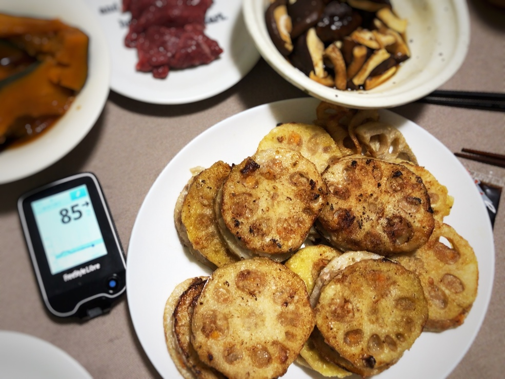 朝昼は炭水化物控えめながら,夕食のレンコンはさみ揚げがおいしくて,ついつい食べ過ぎた1日|糖尿病内科医のフリースタイルリブレ自己血糖記録